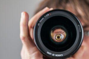 Oeil dans un objectif photographique