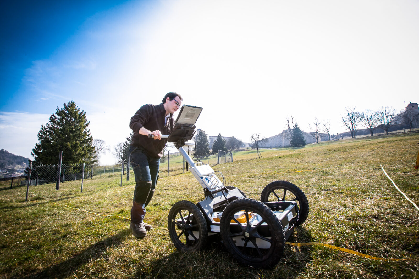 Radar à pénétration du sol ou GPR utilisé pour préparer une campagne de fouilles archéologiques