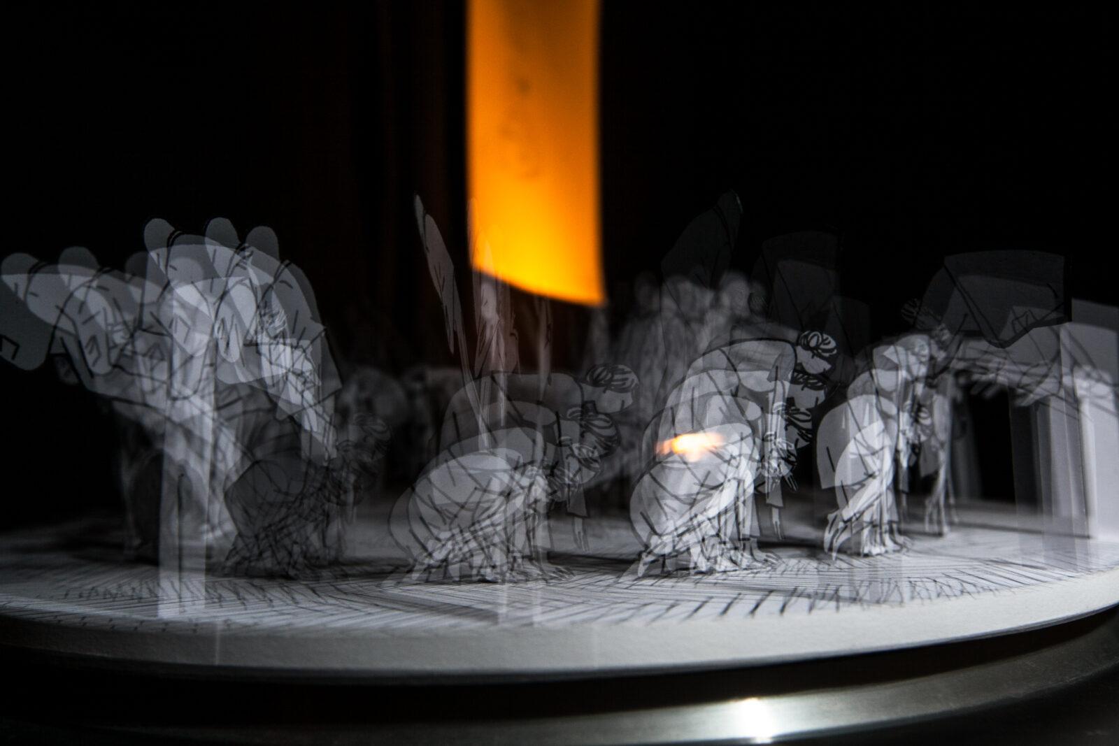 Animation de papier réalisée avec un stroboscope.