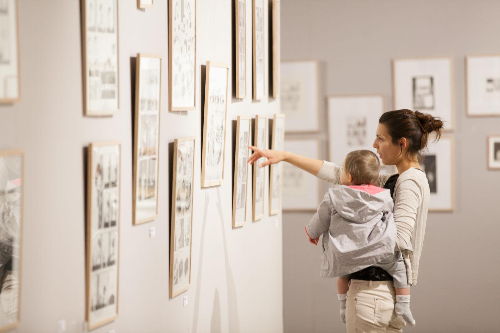 """Visiteur de l'exposition """"Ce qui nous lie"""" à Besançon"""