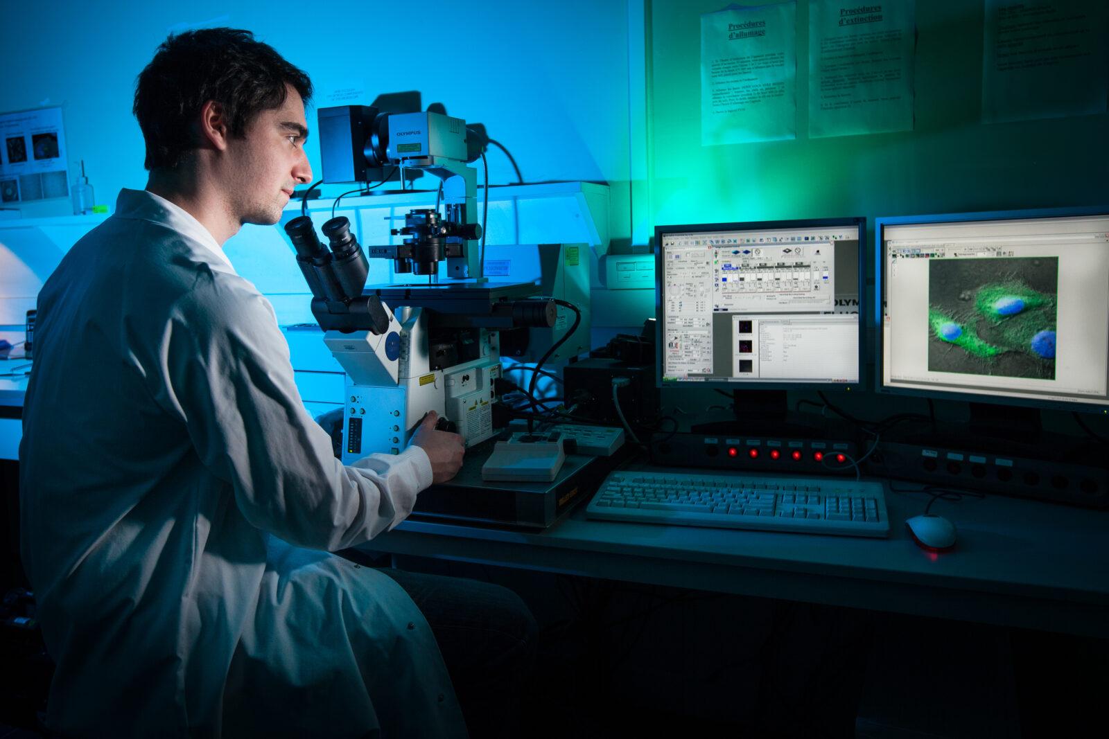 Microscope confocale dans un laboratoire INSERM